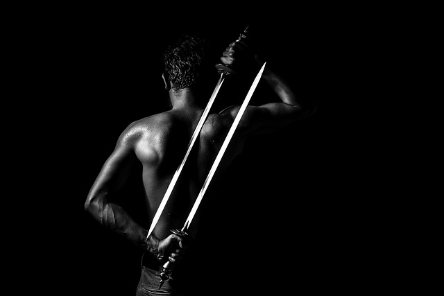 2本の刀を背負った上半身裸の武士