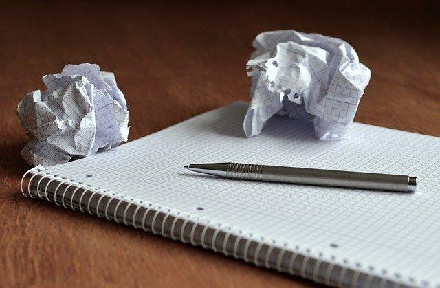 ぐちゃぐちゃに丸められたメモ用紙
