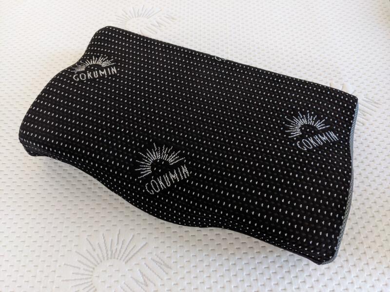 GOKUMINマットレスの上に置いたプレミアム低反発枕