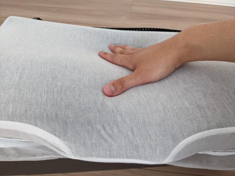 GOKUMINプレミアム低反発枕のウレタン素材を押したときの反発具合