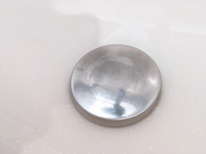 スコッチブライトで磨いた後の洗面ドレッサー排水栓